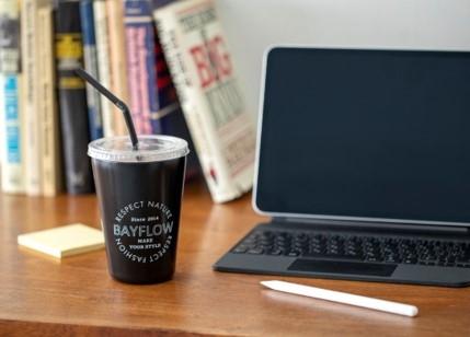 写真はPCのそばに置かれたコーヒータンブラー(提供:宝島社)