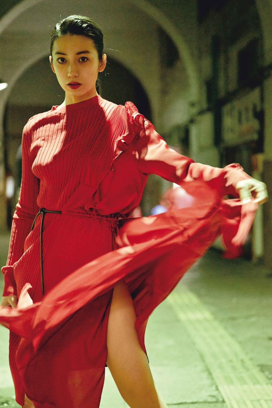 写真は赤色の服を着たショットⒸ熊谷貫/講談社