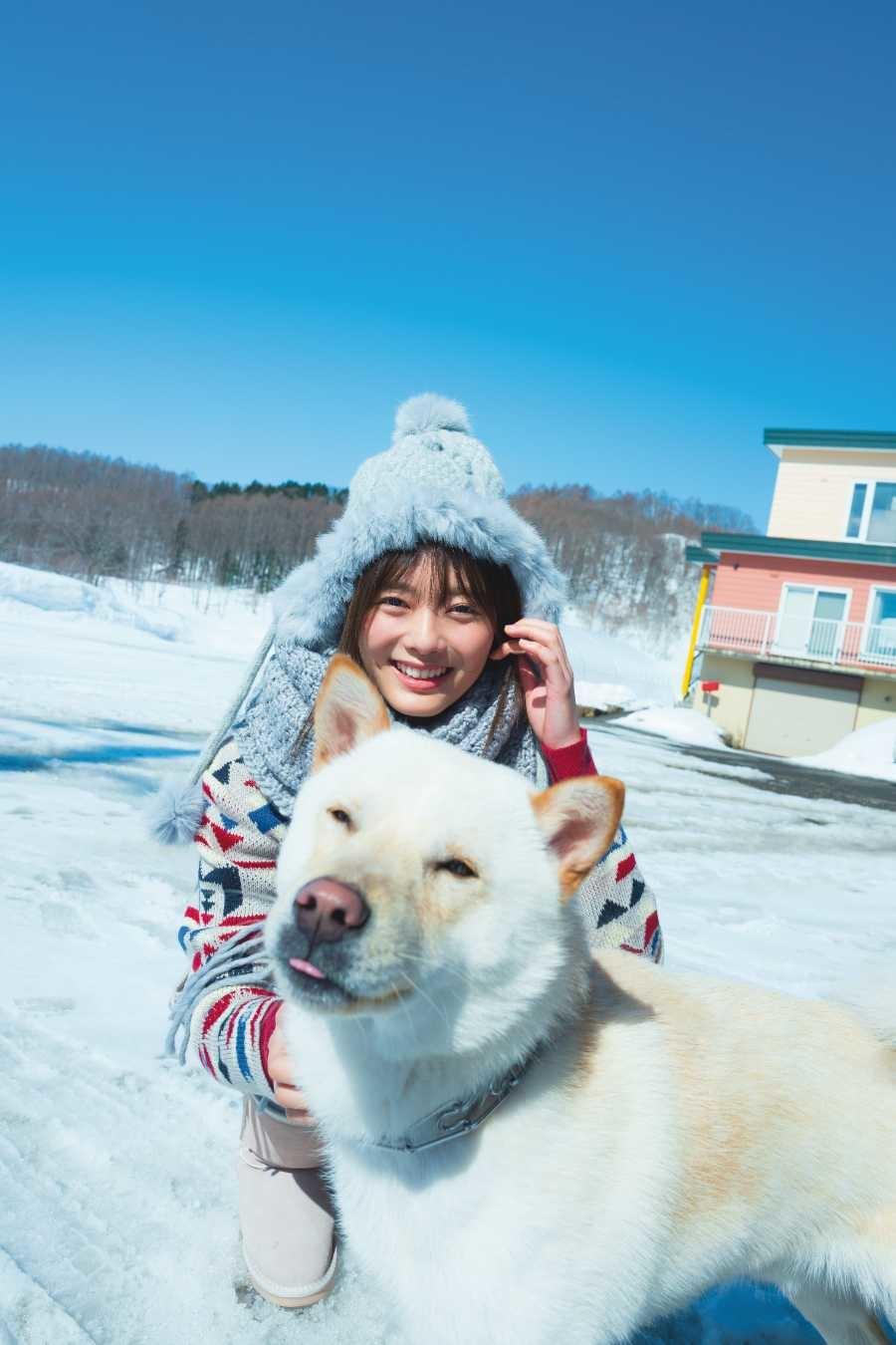 写真は北海道で犬と触れ合う田村さん(提供:小学館)(撮影:Takeo Dec.)