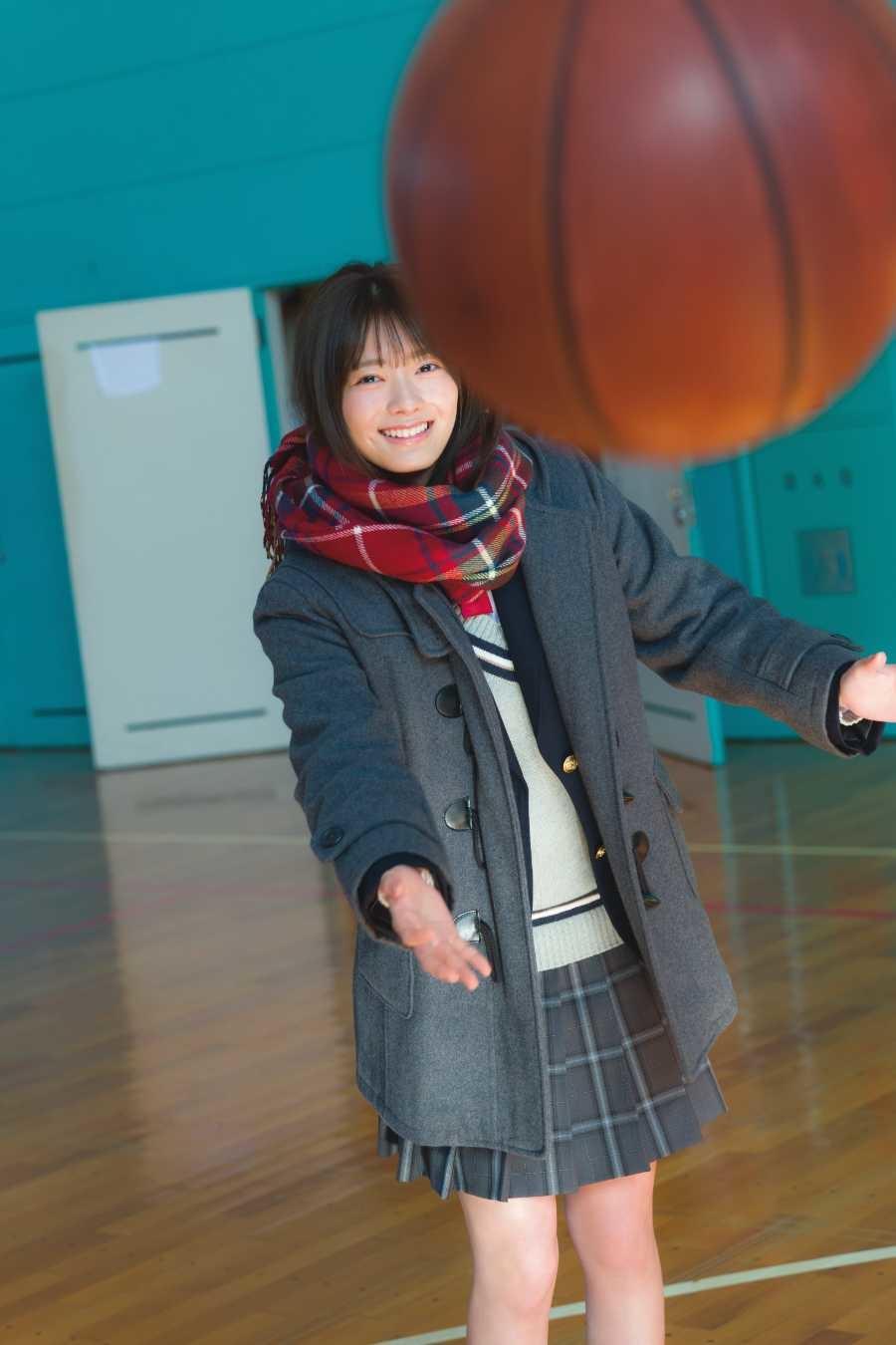 写真はバスケットボールを投げる田村さん(提供:小学館)(撮影:Takeo Dec.)
