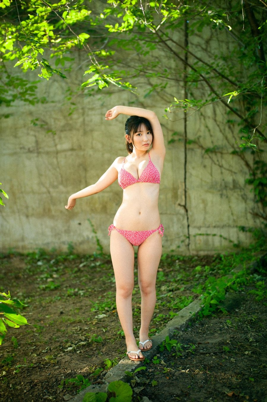 写真は桃色の水着を着た沢口さんの全身ショット(提供:KODOKAWA)