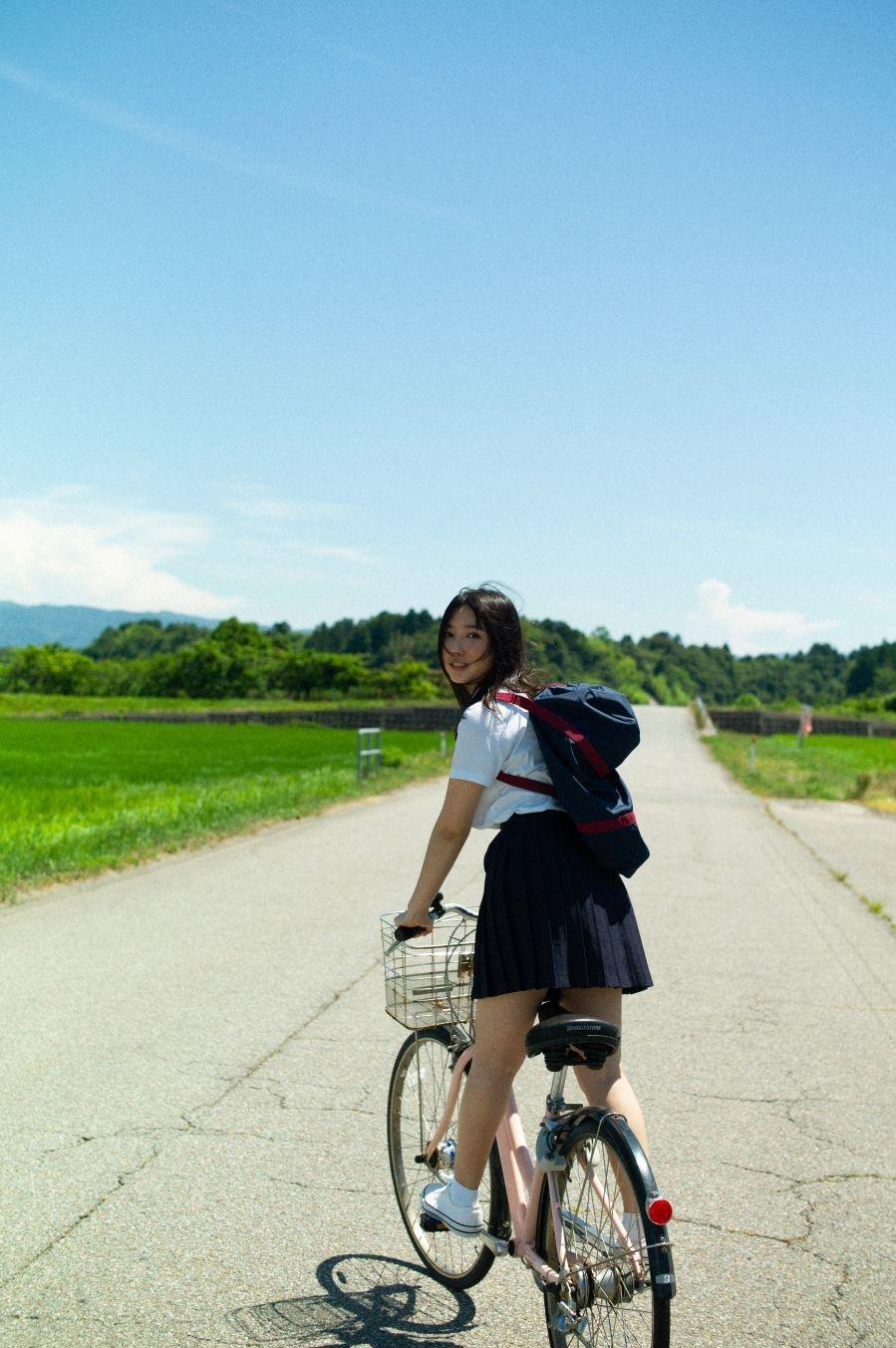 写真は青空の下で自転車をこぐ沢口さん(提供:KADOKAWA)